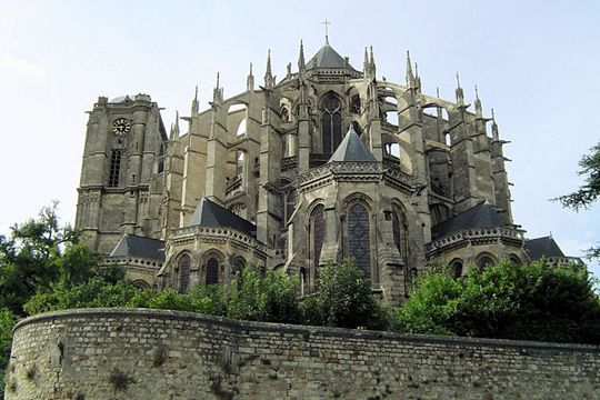 Raised from the eleventh century, Saint-Julien cathedral is one of the most beautiful attractions of medieval Le Mans. It's chevet and Gothic double flying butresses are remarkable.