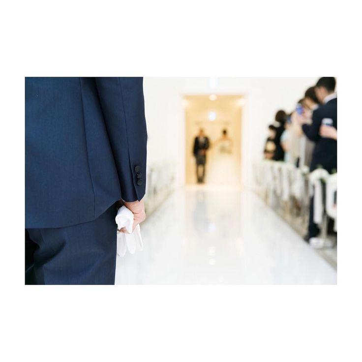 ✎ wedding report 32 . #ma_weddingreport #挙式 #新婦入場 . 新郎が入場したら、あっという間に新婦入場でした。 . お父さんと二人で扉の外で待ちながら、感動的な時間を過ごすかと思いきや。 その後のお辞儀のタイミングや歩き方の確認でばったばたでした。笑 . でも扉が開いた瞬間のことは、一生忘れない気がするなあ。 目の前に大切な人しかいないこの瞬間は、何よりも特別な時間でした。 . 新郎の手元にピントが合っているところがすごく好きな写真。 . . . #結婚式 #卒花嫁 #2017春婚 #ちーむ0319 #ワーキング花嫁 #遠距離結婚 #アルマリアン東京 #marry花嫁 #ウェディングニュース #farnyレポ #ハナコレ #juno4u #verawangbride #wedding #bride #verawang #バレリーナ #ヴェラウォンバレリーナ #verawangballerina #1g029 #トリートドレッシング…