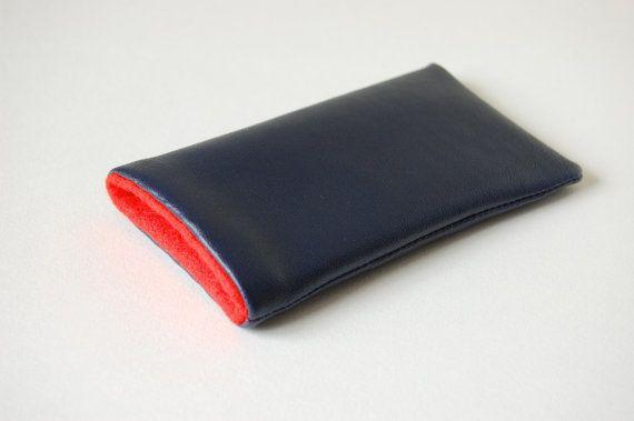 Modern donkerblauw telefoon hoes met contrasterende door StudioMI2, €10.00