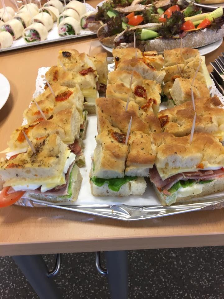 Focaccia american style m/potetsalat, bbq majones, amerikansk skinke, syltet rødløk, egg og romano salat.