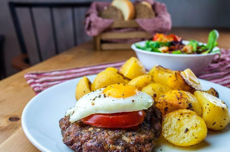 Το πορτοφόλι δεν αντέχει πολλά πολλά και η οικονομική κρίση μας έκανε (ευτυχώς) να θυμηθούμε και να αγαπήσουμε ξανά την αυθεντική και άκρως οικονομική κουζίνα της μαμάς. Ας δούμε 10 στέκια της Θεσσαλονίκης όπου μπορούμε να απολαύσουμε υπέροχα μαγειρευτά, χωρίς να ξοδευτούμε. Μάγειρες ,Βασιλέως Ηρακλείου 42 : Νόστιμο, φθηνό και κοινωνικά ευαισθητοποιημένο φαγάκι θα απολαύσετε στους Μάγειρες, το εστιατόριο στην καρδιά της πόλης που σερβίρει υπέροχα μαγειρευτά, διαφορετικά κάθε μέρα, σε τιμές…