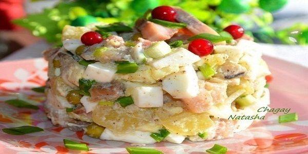 Салат с селёдкой — это рецепт простой, но очень вкусной закуски. Подойдет как на праздничный стол, так и в будний день на обед или ужин.