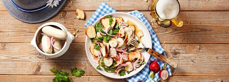 Weisswurst, süßer Senf und Laugenbrezeln: Aus diesen Zutaten zaubern Sie mit dem REWE Rezept einen deftigen Weisswurstsalat – nicht nur zum Oktoberfest lecker! »