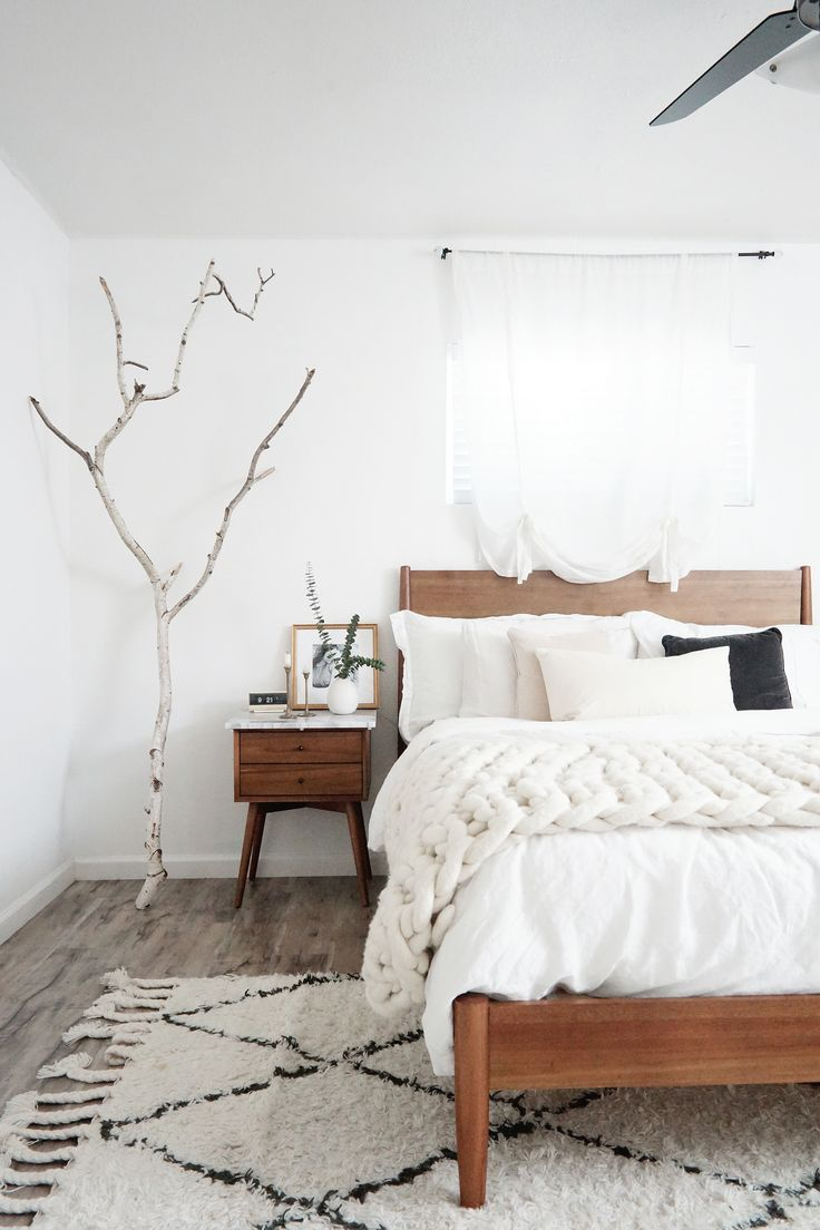 Exceptional White Minimal Cozy Bedroom With Beni Ourain Rug
