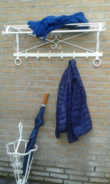 Brocante kapstok en paraplubak gerestyld. Was eerst rood