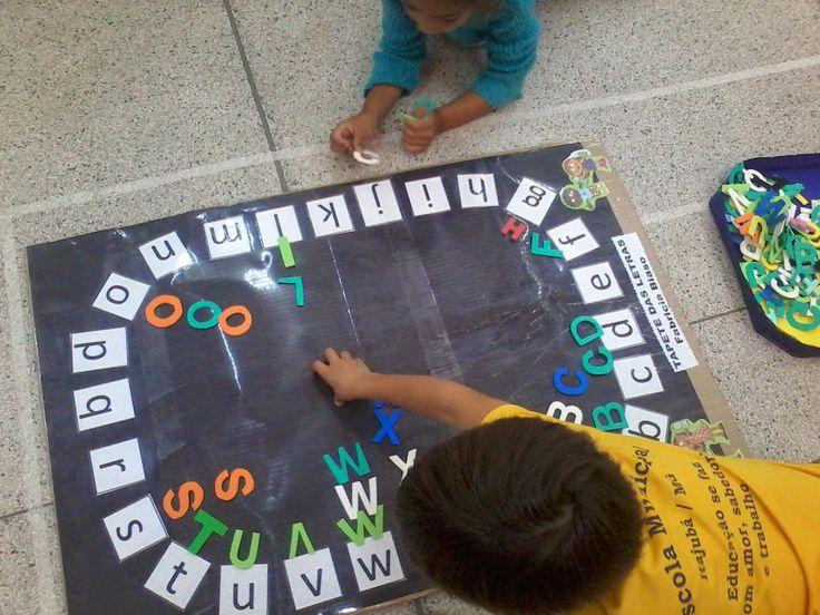 Olá!!!! Vejam o tapete das letras que fiz para meus alunos! A intencionalidade pedagógica é trabalhar com as letras  maiúsculas e minúsculas...