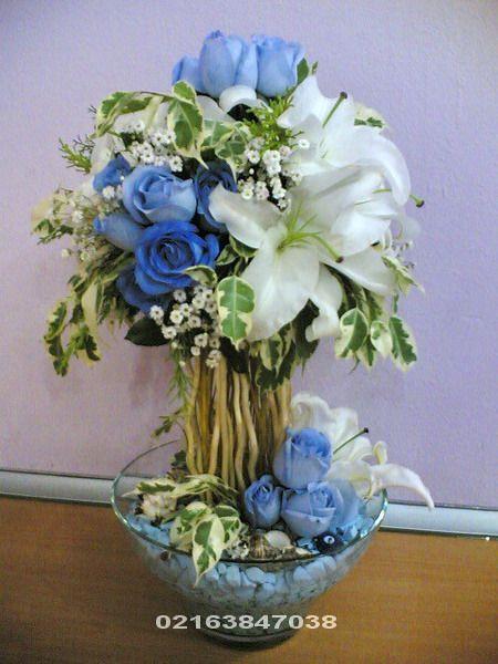 Orhanlı Çiçekçi/ Belkide o! Mavi Gül çok seviyordur, o! na  mutluluğu hissettirmek istiyorsanız, Mavi Gül Aranjman sevdiklerinizi mutlu etmek için her zaman hazır! Beyaz Taşlar mavi su ile süslenmiş Cam vazo içinde 5 dal lilyum, 20 adet mavi güller, arasında gıpsofalia, çeşitli yeşillikler.   İlave olarak Nazar boncuk, uğur böcekleri ile süslenir..
