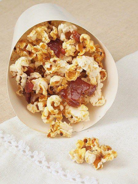 Popcorn au sirop d'érable et au lard!  http://www.confitbanane.com/pop-corn-au-sirop-derable-lard/