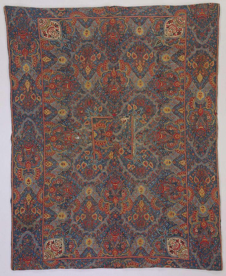 Anonymous | Sprei van sits, Anonymous, c. 1720 - c. 1730 | Palempore of doek van sits met grote bloem- en bladachtige Oosterse ornamenten in rood, lichtblauw en geel op donkerblauwe fond. Voering rode zijde.
