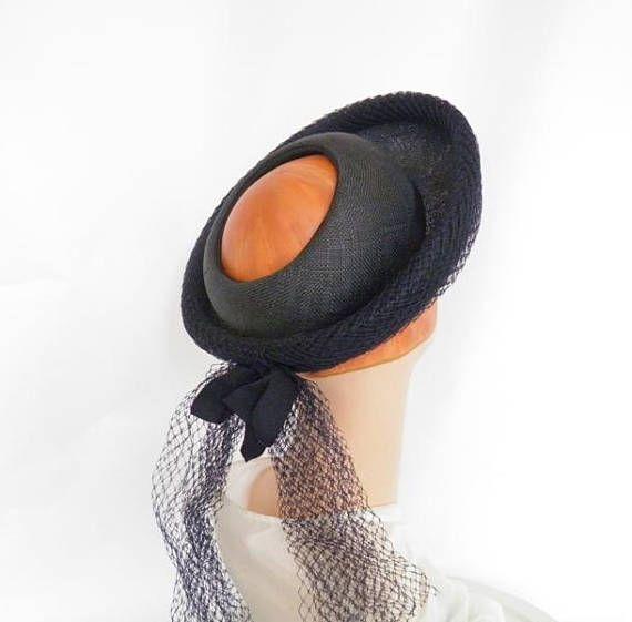 sombrero azul de los años 1940, corona abierta vintage, años 40 Marina poke sombrero, era de la WW2. Hecho de paja finamente tejida azul marino, con bordes de cinta azul. Borde hacia arriba de un bretón estilo peek-a-boo sombrero está cubierto en la malla azul marino que las anclas de una cola de la misma red. Corona del sombrero de agujero poke de la década de 1940 está rodeada con cinta del grosgrain. El sombrero de los años 1940 era de 2 ª Guerra Mundial es sin forro. -azul marino…