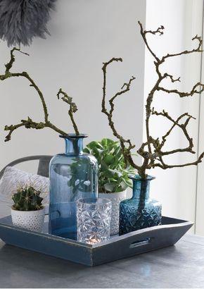 Glas Vase in Blau aus der Kollektion der dänischen Marke GreenGate. Schönes Arrangement aus Gläsern und Vasen für den Tisch – Minimalistische Deko fürs Zuhause.
