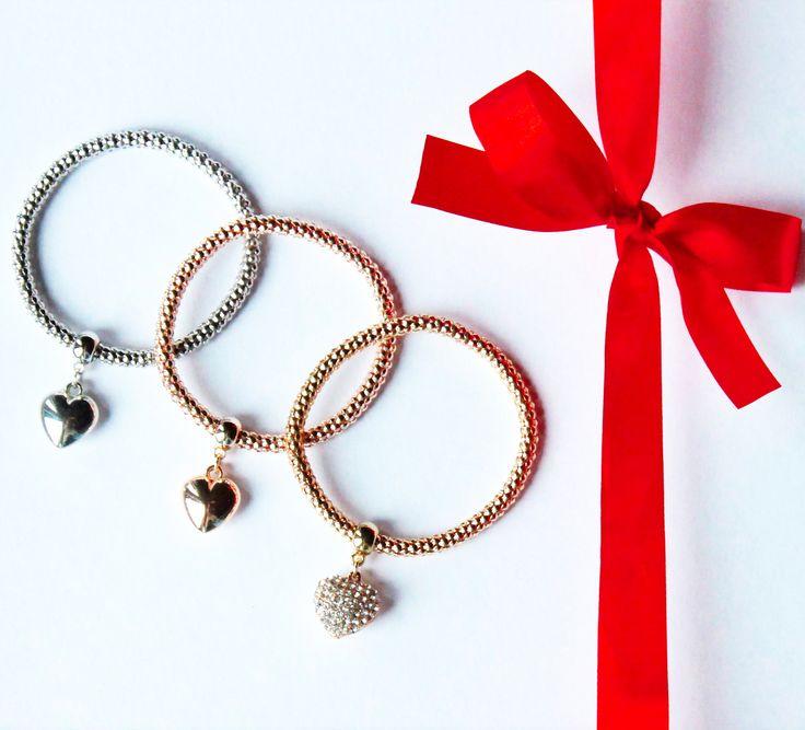 Bransoletki, trzy serca. Do wyboru trzy kolory, można je nosić jednocześnie. https://nadodatek.com.pl/pl/p/Bransoletki-serca/177