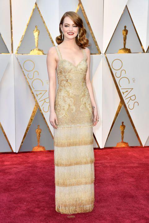 Era la más esperada, la que más expectativas había generado, era su noche. Emma Stone no decepcionó con este vestido dorado estilo años 20 con flecos de Givenchy Haute Couture.  #oscars2017  #redcarpet  Mariangelesberna.com