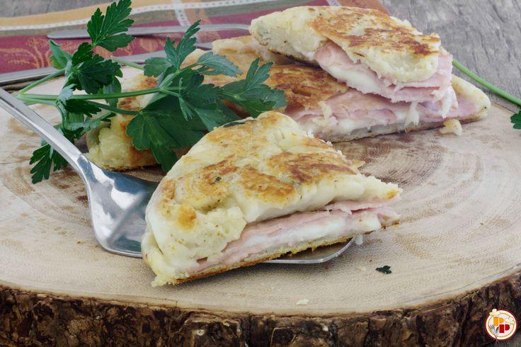 La focaccia di patate in padella è croccante fuori e morbida dentro, semplice da preparare. Farcitela con i vostri ingredienti preferiti!