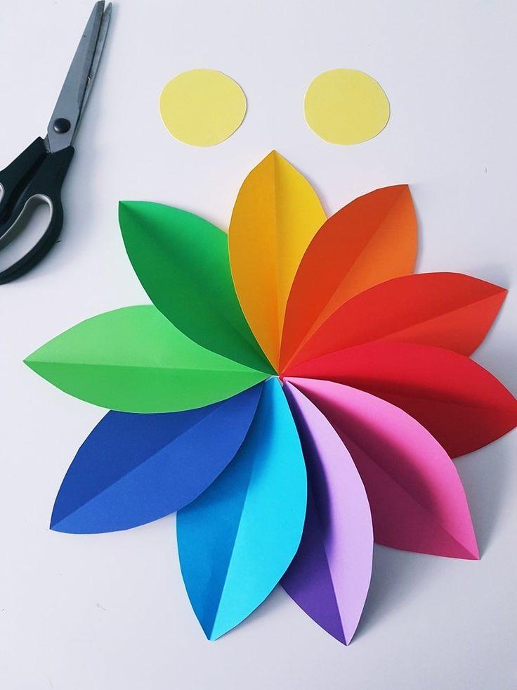 Papierblumen Bastelanleitung für Kinder: Ideen für eine Kinderzimmer Wanddeko aus Papier gesucht? In dieser DIY Anleitung zeige ich dir, wie einfach es ist große Blumen und Blüten in regenbogenfarben zu basteln. Auch riesige Gänseblümchen aus weißem Papier sind schnell und einfach selbst gemacht.