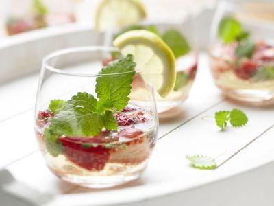 Zitrusfrische Sommerbowle mit Erdbeeren