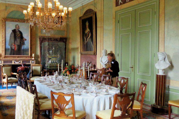 De eetkamer is de grootste ruimte in het huis en ook het middelpunt van het hofleven. De tafel is gedekt met een tafelservies uit de Koninklijke porseleinfabriek te Berlijn, door de keizer aangeschaft kort na zijn troonsbestijging in 1888. Het zilveren bestek is versierd met acanthus- en palmetbladeren. Het glasservies met verguld cartouche werd in Silezië vervaardigd ter gelegenheid van de 200e geboortedag van Frederik II in 1912.