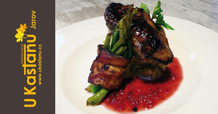 #restaurace #ukastanujarov Pštrosí steak s fazolkami ve slanině se šťouchanými bramborami a brusinkovou omáčkou. http://www.ukastanu.cz/jarov.html
