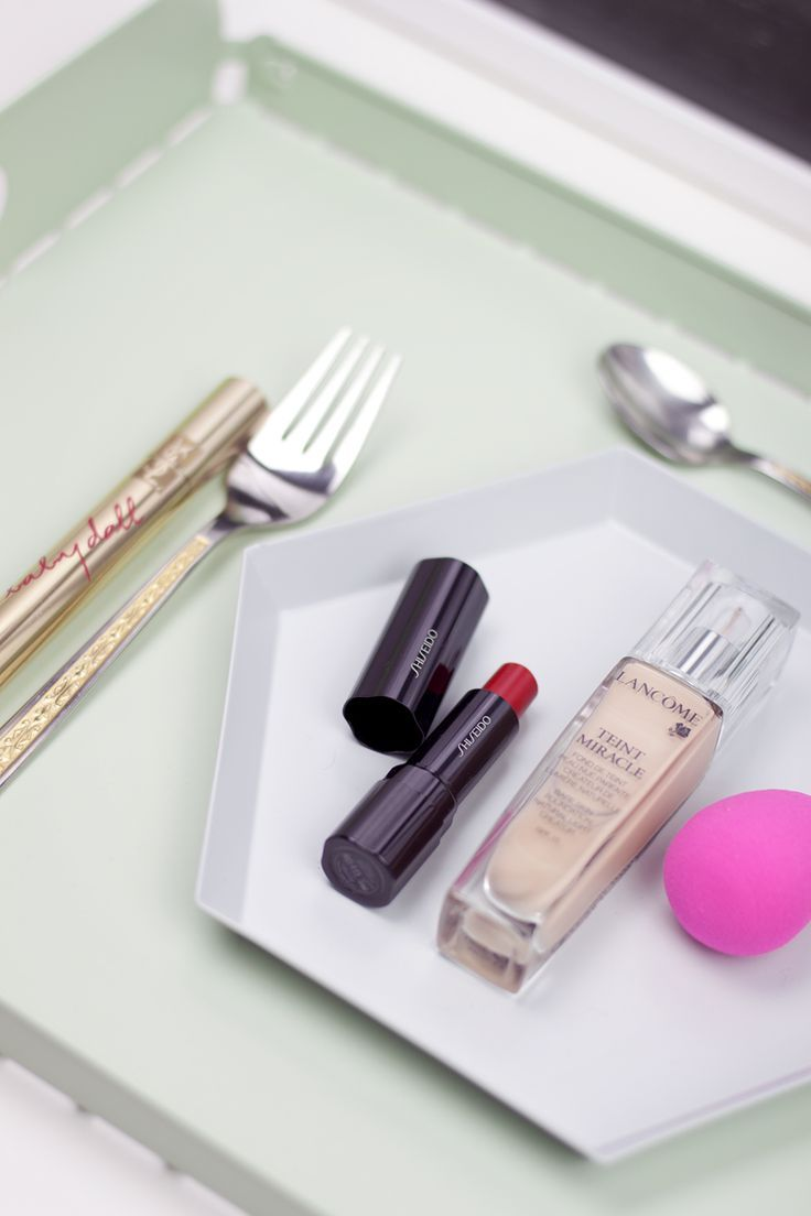 Make-up menu featuring the Beautyblender, RMS Beauty living luminizer, YSL Babydoll mascara, Lancôme Miracle Teint make-up, Topshop nailpolish and red Shiseido lipstick - teetharejade.com
