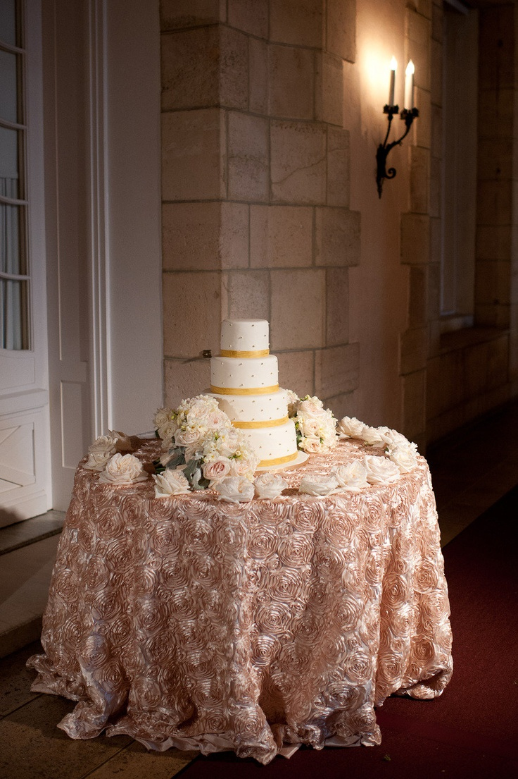 how to decorate a wedding cake table 1000 images about wedding cake table decor on 15660