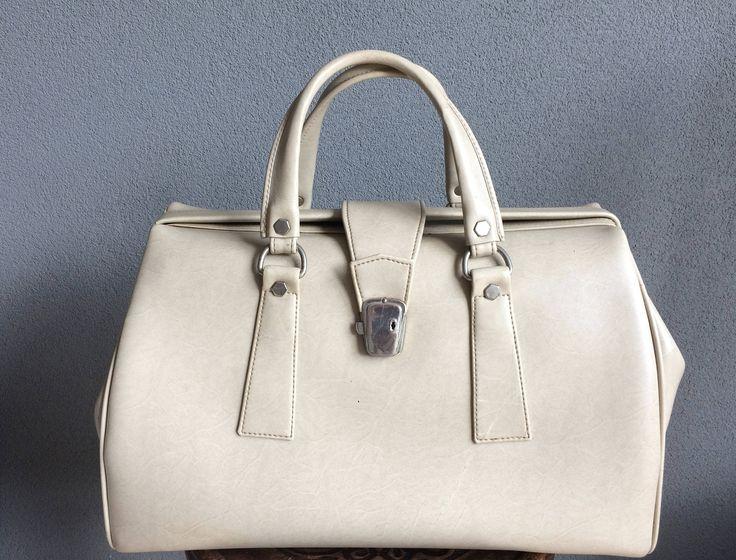Vintage XL leatherette beige travelbag, weekender, bag, doctorsbag or sportsbag by MORETHANVINTAGENL on Etsy