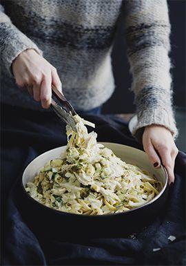 Recette rapide et facile à faire avec un restant de poulet cuit. J'ai garni les pâtes avec du fromage parmesan, mais vous pouvez utiliser le fromage de votre choix.
