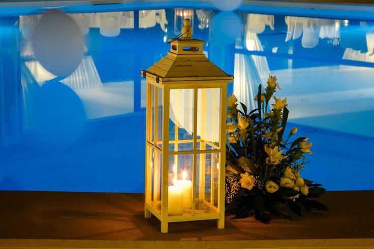 La luce morbida e soffusa delle candele si specchia nella nuova piscina di Villa Posillipo regalando atmosfere da sogno nella serata del wedding day.