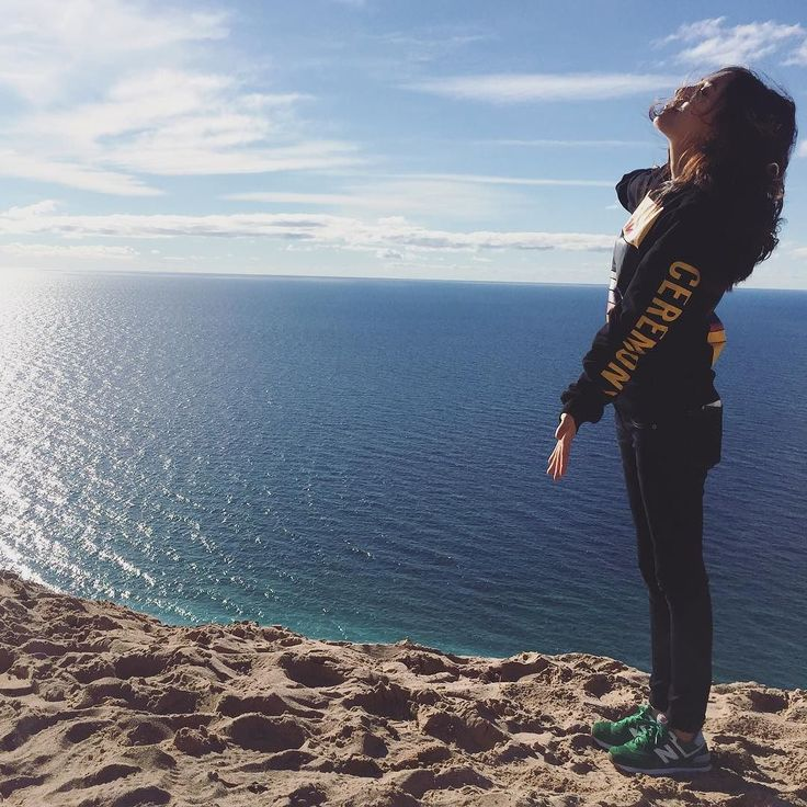 Embrace the nature#weekendgetaway#roadtrip#dunes#sleepingbeardunes#nationalpark#michigan#puremichigan#nature#asiangirl#embrace#lakemichigan#ootd#sneakers#ミシガン#旅行#海#秋#スニーカー#デニム#染まる#楽しかった#openingceremony#沙丘#密西根#北密#自驾游#醉#自然#アメリカ#抱きしめたい by xiaodou33