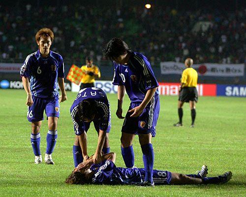 [ アジアカップ:日本 vs 韓国 ] PKを外し、ピッチに倒れこんだ羽生を起こそうと佐藤寿人や中村俊輔が近寄る。日本は惜しくも韓国にPK負けを喫し、4位という成績に終わった。  2007年7月29日(日):インドネシア・パレンバン