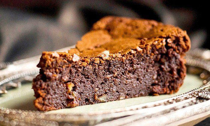Шоколадные десерты — для настоящих сладкоежек!  Трюфельно-шоколадный торт   Ингредиенты:  Тесто:  Сливочное масло — 150 г  Сахар — 1 ½  стак.  Сметана (от 20%) — 200 г Сливки (33-38%) — 250 мл  Яйца — 2 шт. Какао — ½ стак. Мука — 180 г  Разрыхлитель — 1 ч. л.  Сода — ¼ ч. л.  Шоколадный ганаш:  Темный шоколад — 100 г  Сливки (33-38%) — 80 мл  Бренди или коньяк — 2 ст. л.   Посыпка:  Тертый шоколад — по вкусу Миндальные хлопья — по вкусу  Приготовление:  1. Растопить масло в сотейнике…