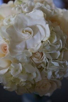 ¡aaaahhh... gardenias me encantan son  mis flores favoritas que ganas de que me regalen unas!