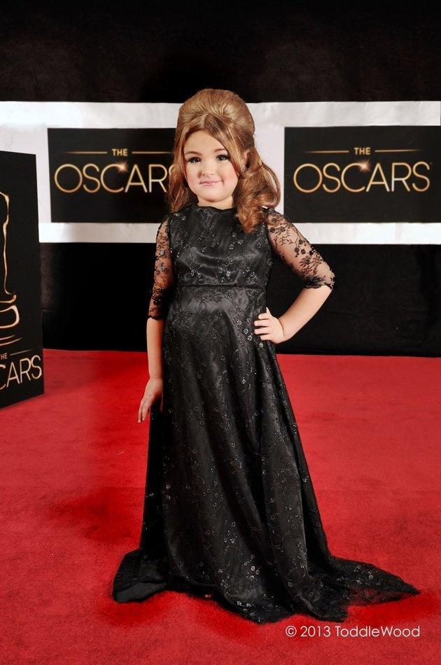 It's a mini Adele!! Love this little kids dressing up like Oscar stars :)