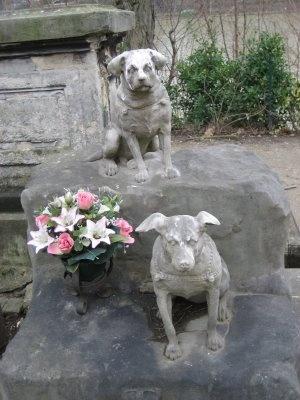 Le Cimetière des Chiens (El Cementerio de los Perros), París. Papillon y Turco.