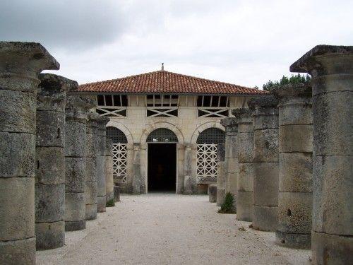 Saintes, Musée archéologique créé en 1815. Posséde de très beaux éléments d'édifices gallo-romains. L'entrée se fait par une allée de colonnes.