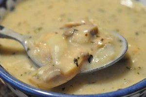 Hvad med at varme dig på en hurtig skål hjemmelavet champignonsuppe med timian, hvidløgsflødeost og svampefond? Spis gerne nybagt brød med hvidløgssmør til.