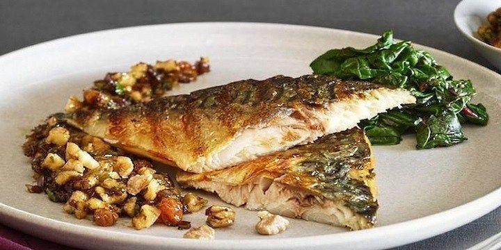 vinjournalen.se -  Vin & Mat : Sotad makrill med spenat och valnötter med en god, italiensk Soave |  Är det snart dags för jobb igen? Varför inte ladda upp med en riktig hälsobomb av vitaminer och proteiner? Makrill är en fet fisk som både är god, proteinrik och nyttig. Makrillen är rik på Omega-3 och innehåller selen, Omega-6, vitamin B12 och niacin. Kombinera gärna med spenat och valnötter. Sp... http://wp.me/p73gTR-3gh