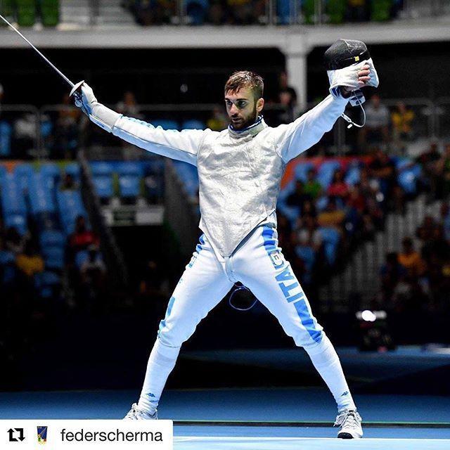 È una notte tutta italiana a #rio2016 In questo istante Daniele Garozzo mano sul cuore canta l'Inno. È il nostro ORO nel fioretto  #Repost @federscherma ・・・ #olympics #rio2016 Foil Men Ind. #scherma #fencing #escrime #esgrima #fechten #joyofmoving  FOTO BIZZI