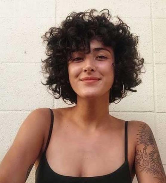 18 Τέλεια χτενίσματα για κοντά κατσαρά μαλλιά! | Cabelo curto encaracolado, Cabelo curto, Cabelo curto bonito