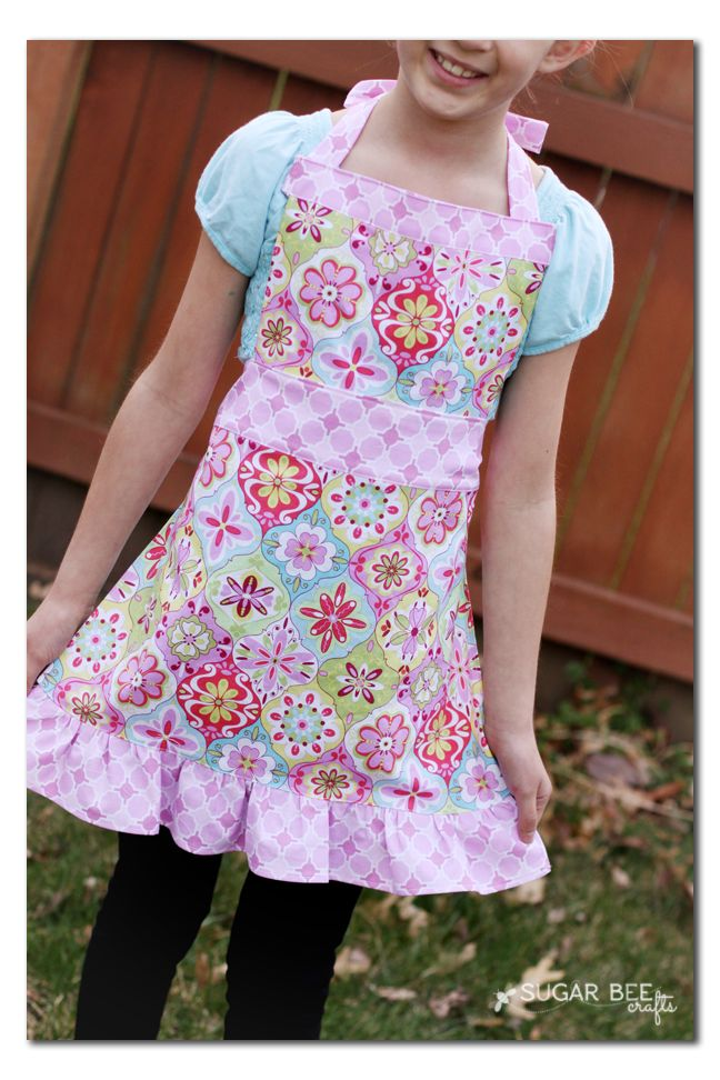 See how easy it is to make this cute DIY apron for girls with this FREE TUTORIAL!