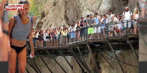 Dünyaca ünlü kanyonda bayram izdihamı: MUĞLA'nın Seydikemer İlçesi'ndeki dünyaca ünlü Saklıkent Kanyonu, bayram tatilinin ilk 9 gününde toplam 50 bin kişi tarafından ziyaret edildi. Kanyon girişinde izdihama sebep olan tatilciler, içeride muhteşem doğa manzaraları eşliğinde çamur banyosu yapıp, soğuk suda yıkanırken zor anlar yaşadı.