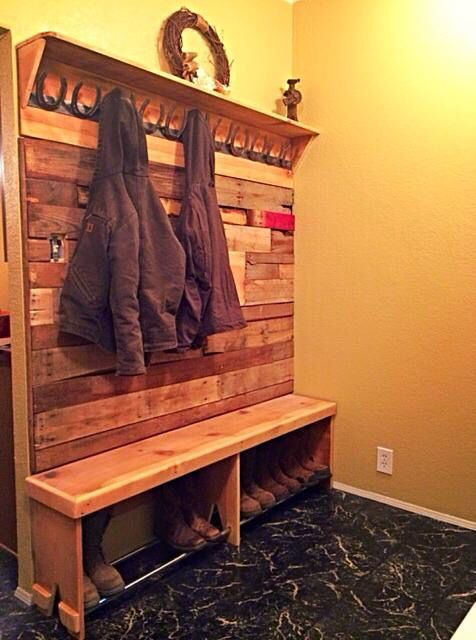 Pallet wall / boot bench / horse shoe coat rack #HorseShoeCrafts
