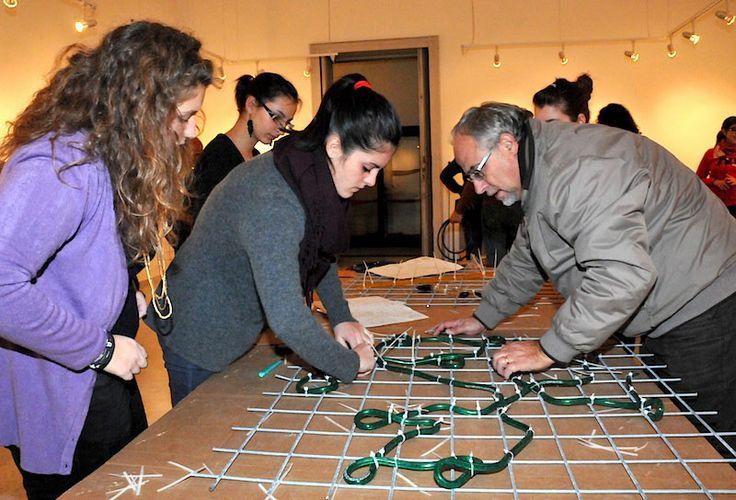 Professionisti e volontari, ragazzi delle scuole superiori, scout, artigiani, insegnanti, genitori insieme per costruire e rendere reale il disegno, per trasformare in tre dimensioni il pensiero dei bambini schizzato sul foglio