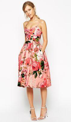 Idéia linda de vestido para convidada de casamento. A estampa floral é maravilhosa e os bolsos dão um toque moderno ao look.