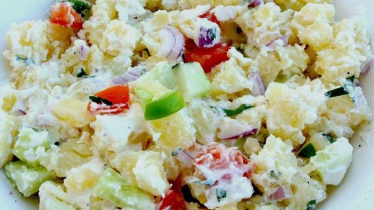 Aardappelsalade: gekookte aardappelblokjes/radijsjes/gesnipperde ui/komkommerblokjes/fetakaas/tomaatblokjes/bleekselderijplakjes/gekookte eieren/gedroogde cranberries/paprikablokjes/cashewnoten/maïs/erwtjes/kerriepoeder/mayonaise
