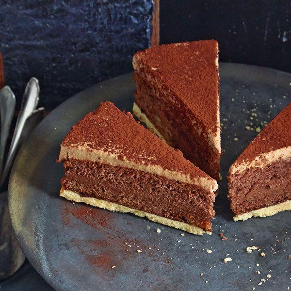 Wer sich nicht zwischen Vollmilch- und Zartbitterschokolade entscheiden kann, ist mit diesem Rezept bestens bedient, denn in dieser Torte sind beide v...