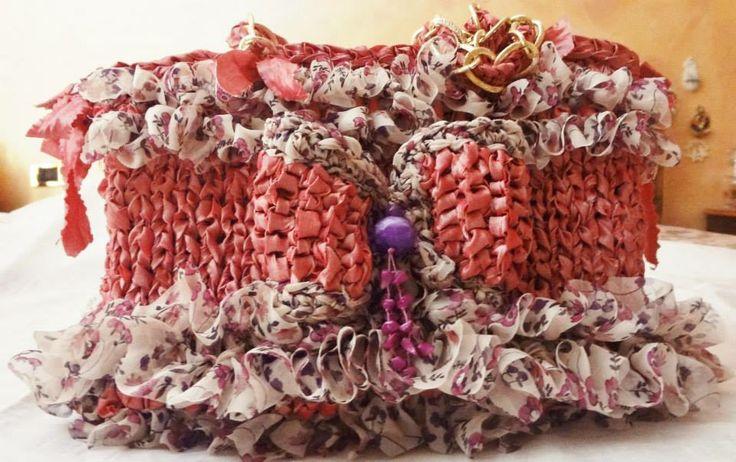 borsa di fettuccia di taffetà rosa lavorata ai ferri con volant in organdis fantasia foderata in cotone con manici di  catena di metallo dorata
