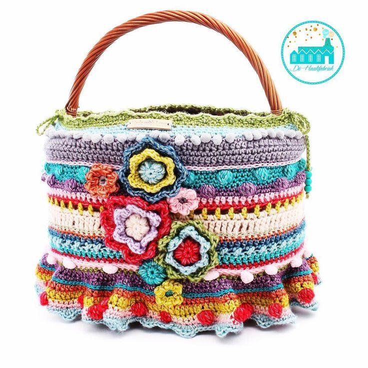 Heerlijk over de top mijn freestyle mand💕❤️💕 De manden zijn los te koop in onze webshop.#crochet#haken#crochetaddict#haakverslaafd#hekle#virka#virkning#häkeln#crochê#croché#ganchillo#uncinetto#handmade#mormorsrutor#craftastherapy#instacrochet#crochetersofinstagram#örgü#diy#yarn#yarnaddict#haakpakket #dehaakfabriek #rietenmand #freestyle crochet#crochetbasket