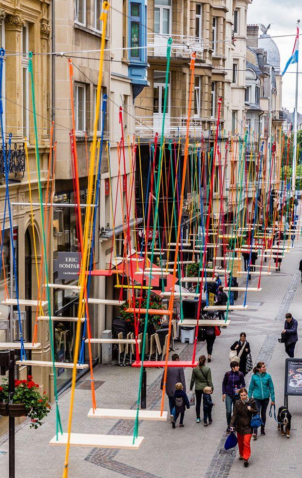 """Instalação com 450 balanços coloridos suspensos em Luxemburgo - """"Swings"""" por Max Mertens."""