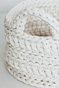 (4) Marta Martín Hueto / PinterestDreamy White, Crochet Baskets, Home Decor Accessories, Plastic Bags, Paper Bags, Yarns, Knits, Snow White, White Baskets