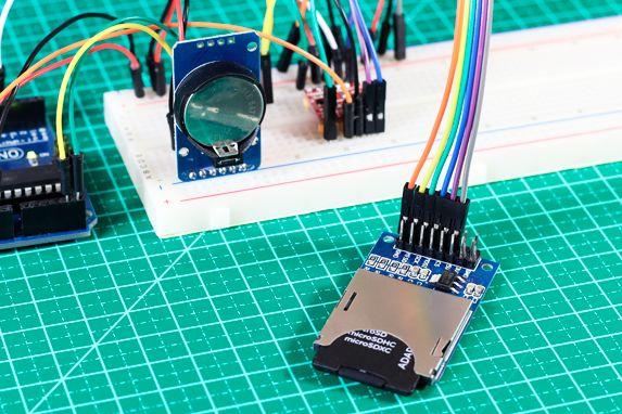 Veja este incrível projeto de datalogger com Arduino e RTC DS3231 gravando informações de data, hora e temperatura em um cartão SD.